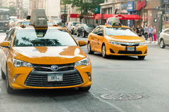 Taxi jaune dans la rue de Manhattan Les cabines jaunes sont une icône de New York City Images stock