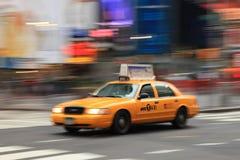 Taxi jaune dans le mouvement Photographie stock libre de droits