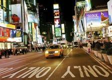 Taxi jaune dans le Times Square Images libres de droits