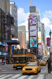 Taxi jaune dans le Times Square, New York City Photographie stock libre de droits