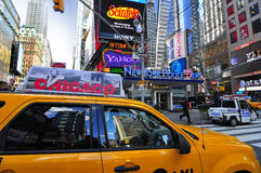 Taxi jaune passant par des Times Square Photo stock