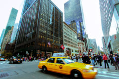 Taxi jaune sur la rue de New York Photographie stock libre de droits