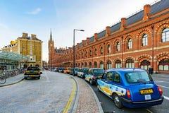 Taxi kategorii outside królewiątek St pancras Przecinająca stacja Fotografia Royalty Free