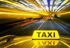 Taxi a la velocidad del warb Imagenes de archivo