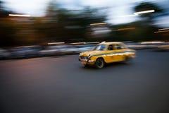 Taxi a la velocidad en Kolkata Fotos de archivo libres de regalías
