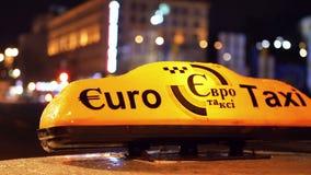 Taxi leggero di notte dell'automobile stock footage