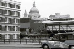 Taxi más allá de St Pauls. Fotos de archivo