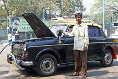 Taxi medido negro y amarillo en Bombay Imagenes de archivo