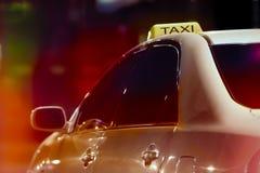 Taxi in nachtstad stock fotografie