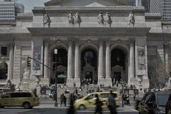 Taxi noir et blanc de jaune de circulation urbaine de rue de NYC quarante-deuxi?me photo libre de droits