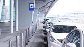 Taxi o serviço, lotes de carros prontos perto do aeroporto filme