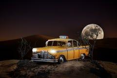 Taxi op de achtergrond van grote maan Stock Foto's