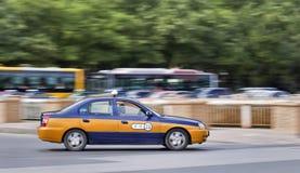Taxi op de weg met bussen op de achtergrond, Peking, China Royalty-vrije Stock Afbeelding