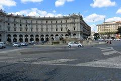 Taxi op Piazza della Republica in Rome Stock Afbeelding