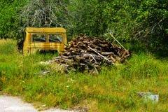 Taxi oxidado abandonado del camión Unidad militar muerta Fotos de archivo libres de regalías