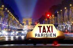 Taxi på Champset-Elysees Arkivfoto