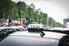 Taxi på Champset-Elysees Fotografering för Bildbyråer