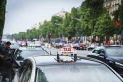 Taxi på Champset-Elysees Royaltyfri Fotografi