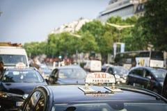 Taxi på Champset-Elysees Arkivbilder