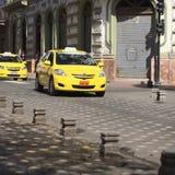 Taxi på den Mariscal Sucre avenyn Arkivbild