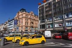 Taxi på den Wenceslas fyrkanten, Prague, Tjeckien Arkivbild