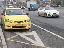 Taxi på en hängiven gränd för kollektivtrafik Arkivbild