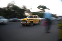 Taxi på hastighet i Kolkata Arkivbild