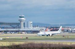 Taxi piani di Flybe Embraer un E190 dopo l'atterraggio all'aeroporto di Londra Gatwick fotografie stock libere da diritti