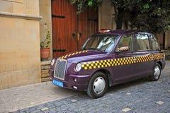 Taxi pourpre dans la rue de Bakou Photo stock
