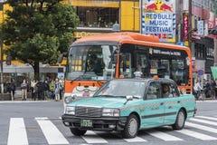 Taxi pourpre Shibuya Tokyo de couronne de Toyota Image libre de droits