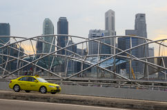 Taxi przechodzi wzdłuż pieszy Helix most Zdjęcia Royalty Free