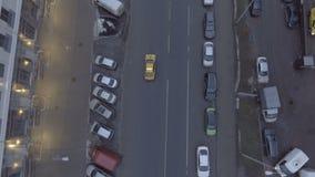 Taxi que conduce en el camino urbano almacen de metraje de vídeo
