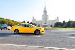 Taxi que conduce en Moscú Fotografía de archivo