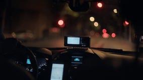 Taxi que conmuta en la noche metrajes