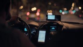 Taxi que conmuta en la noche almacen de video