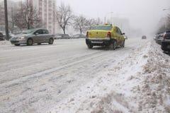 Taxi que corre en ventisca fotografía de archivo
