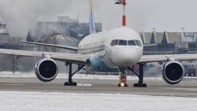 Taxi que hace de Boeing 757-300 del cóndor en el aeropuerto de Munich