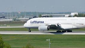 Taxi que hace plano de Lufthansa A380 en la pista, primer almacen de metraje de vídeo