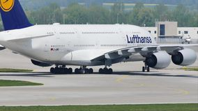 Taxi que hace plano de Lufthansa A380 en la pista, primer almacen de video
