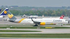 Taxi que hace plano del cóndor en el aeropuerto de Munich, MUC almacen de video