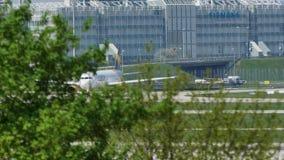 Taxi que hace plano del cóndor en el aeropuerto de Munich, MUC almacen de metraje de vídeo