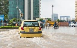 Taxi que lucha a través de la inundación Fotos de archivo libres de regalías