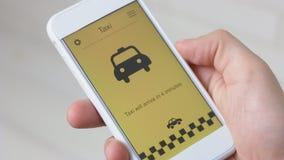 Taxi que ordena usando el uso del smartphone metrajes