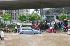Taxi que se coloca en el camino inundado Fotos de archivo libres de regalías