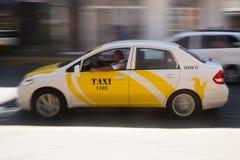 Taxi rapide près de place principale images libres de droits