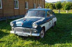 Taxi retro viejo en el pueblo, coches de Volga Imagen de archivo