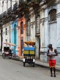 TAXI-RICKSHAWS I EN GATA AV HAVANNACIGARREN, KUBA Royaltyfria Foton