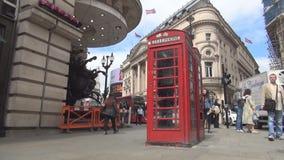 Taxi rojo tradicional viejo del teléfono público en la calle en Londres en el centro de la ciudad metrajes