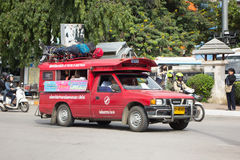 Taxi rosso Chiang Mai, per il passeggero dall'autostazione Immagini Stock Libere da Diritti
