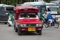 Taxi rosso Chiang Mai, per il passeggero dall'autostazione Immagine Stock